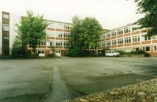 Schulgebäude vom Schulhof aus (2007)